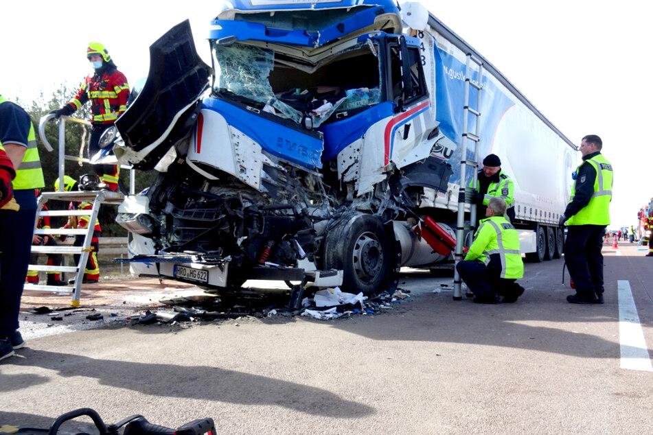 Unfall A12: Sattelzug fährt auf Lkw auf: Fahrer wird schwer verletzt in Klinik geflogen