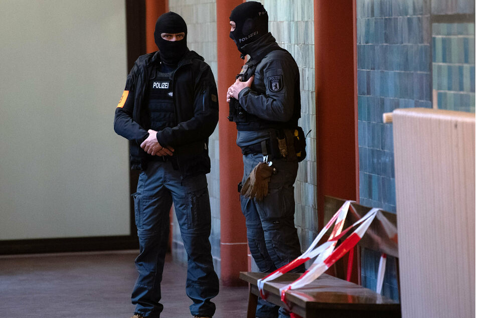 Polizeibeamte stehen vor einem Saal im Kriminalgericht Moabit, Bushido (42) zu beschützen.