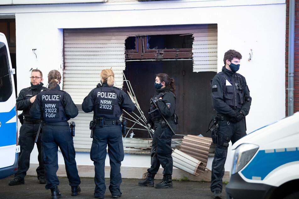 Drogen-Razzia: Polizei verschafft sich mit Sprengstoff Zutritt, sieben Festnahmen