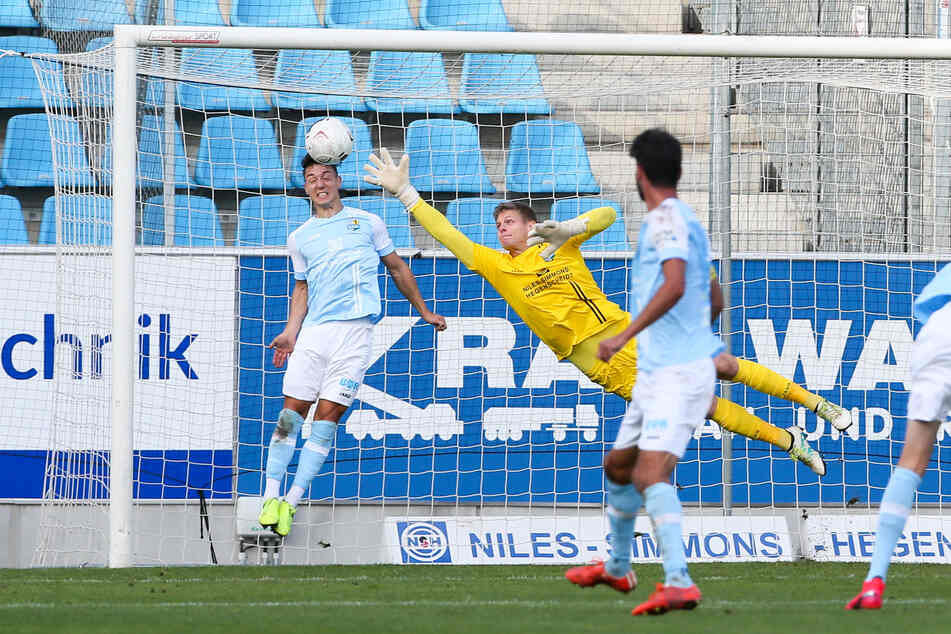 Wahnsinn! Nils Köhler wuchs mit seinen 1,70 m über sich hinaus und rettete per Kopf auf der Linie - CFC-Schlussmann Jakub Jakubov hätte den Ausgleich nicht verhindern können.