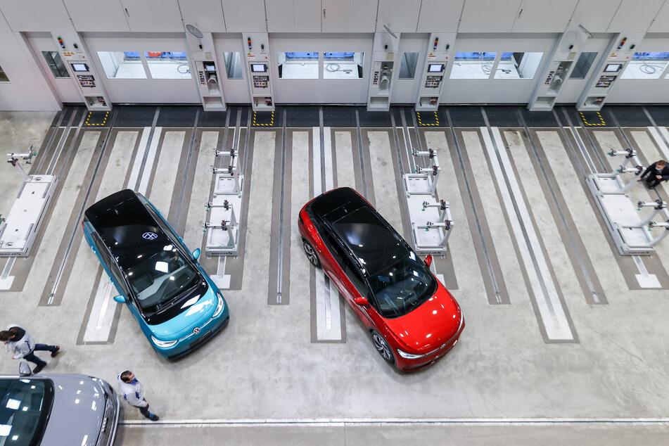 Drei Elektrofahrzeuge (Audi Q4 e-tron, l-r), ID.3 und ID.4 stehen vor der neuen XL-Presse im Presswerk. Volkswagen nahm am gleichen Tag die Erweiterung seines Presswerks in Betrieb. Nahezu alle Karosserieteile der in Zwickau gebauten Modelle können nun vor Ort gepresst und viele Transporte gespart werden.