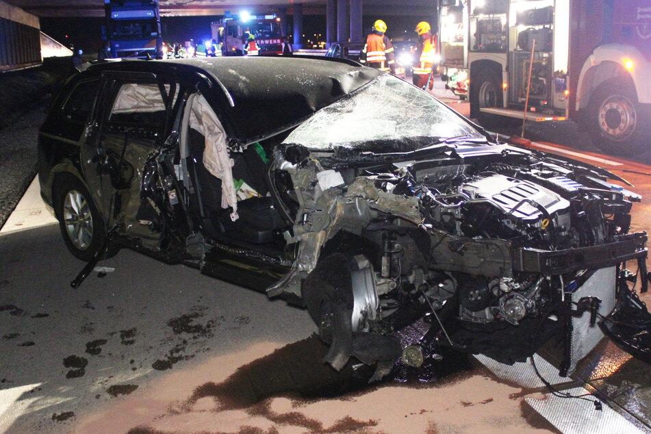 Unfall A14: Horror-Unfall! Auto kracht gegen Lastwagen, wird in mehrere Teile gerissen