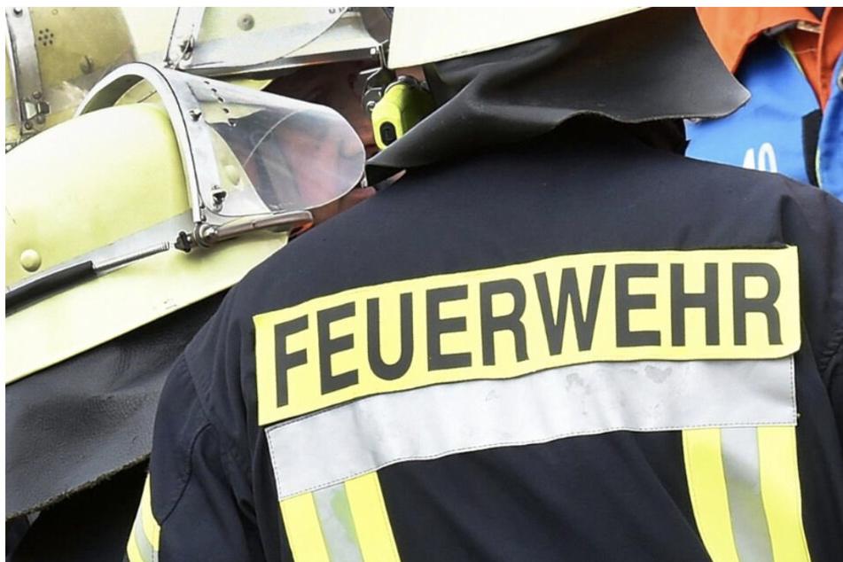 Nachbarn bemerken Brand in Nebenhaus: Bewohnerin (60) wird leblos aufgefunden