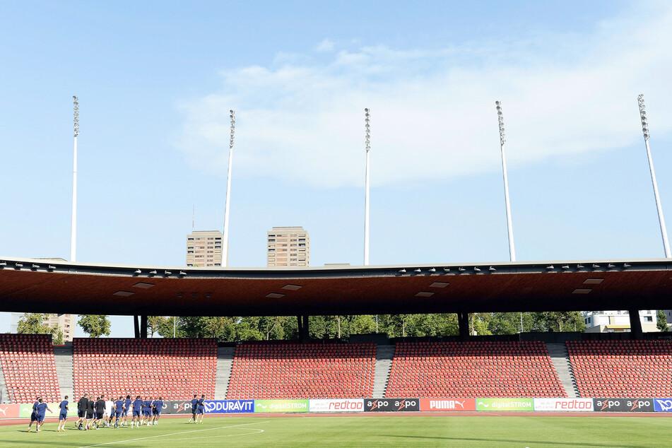 Blick in das leere Stadion Letzigrund. Auf Leitern wollten zahlreiche Fußballfans das Sonntagnachmittag-Match anschauen. Doch die Polizei hatte was dagegen.