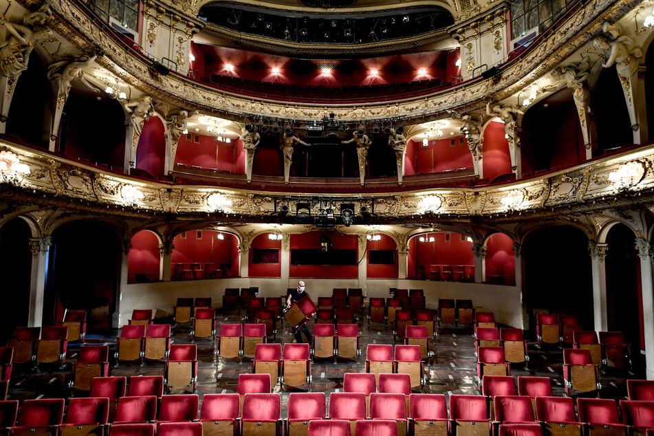 Ein Mitarbeiter trägt Stühle aus den Sitzreihen des Zuschauerraums des Berliner Ensembles. Die Hauptstadt plant aktuell ein Pilotprojekt für Kulturveranstaltungen in der Corona-Krise.