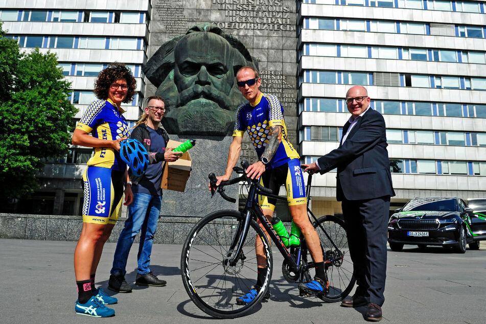 Startbereit (v.l.): Manja Seemann (39), Kai Winkler (42), Torsten Prenzlow (53) und Oberbürgermeister Sven Schulze (49, SPD) erklären die Tradition der Friedensfahrten für wiederbelebt.
