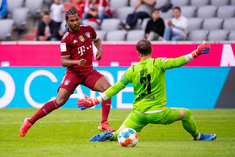 Serge Gnabry (l.) für die Bayern trifft gegen Torwart Tobias Sippel ins Tor. Das Tor wurde wegen Abseits aberkannt.