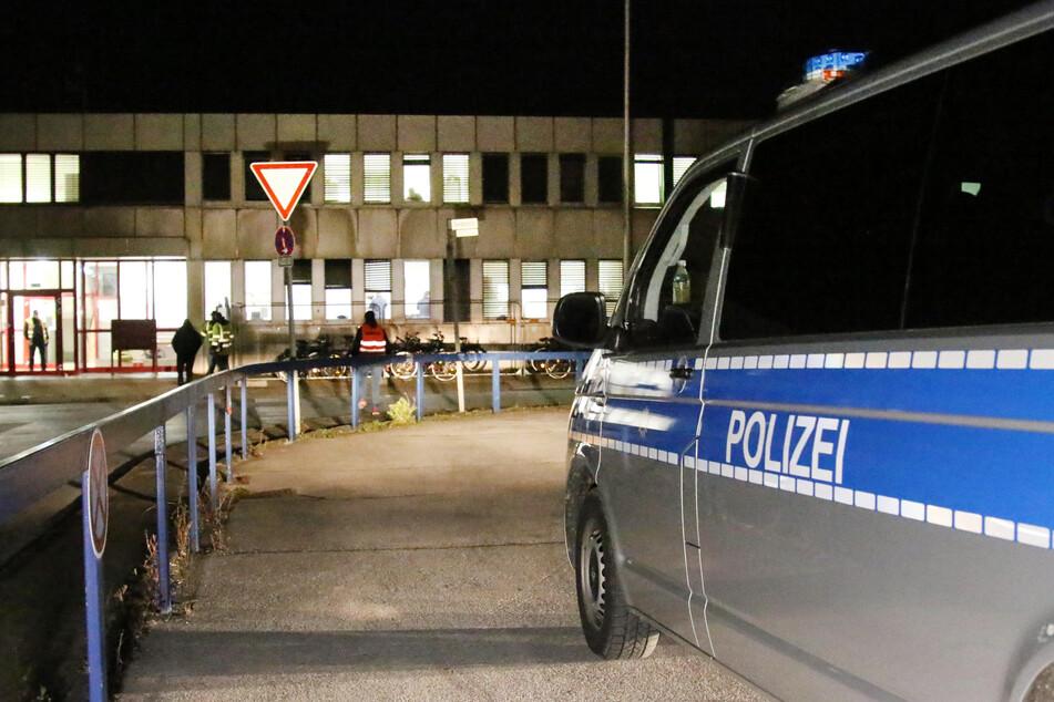 Ein Polizeifahrzeug steht vor dem Flüchtlingsheim in Mettmann.