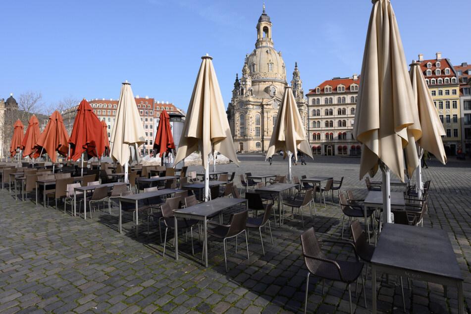 Geschlossene Gastronomie seit Anfang November. Leere Tische und Stühle stehen auf dem Neumarkt vor der Frauenkirche.