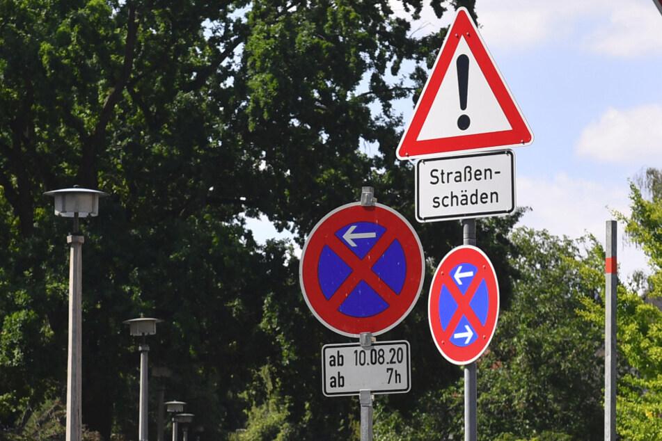 Erste Straßenschilder weisen bereits auf die Sanierung hin.