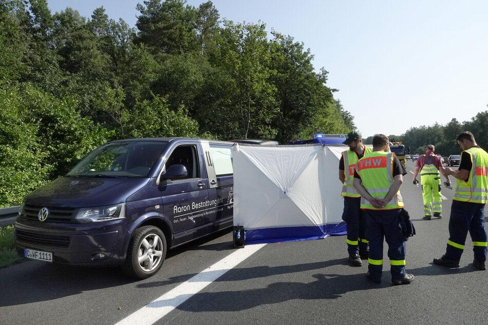 Ein Sichtschutz verdeckt die Unfallstelle mit einem Toten. Dieser wird von einem Leichenwagen abgeholt.