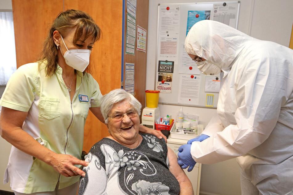 Ein kleiner Piks, der Leben retten kann: Annelis Feller (91) hat im Seniorenheim in Hohenstein-Ernstthal wie Tausende Sachsen bereits ihre erste Impfung erhalten. Allein gestern wurden 151 Dosen zur Zweitimpfung verabreicht.