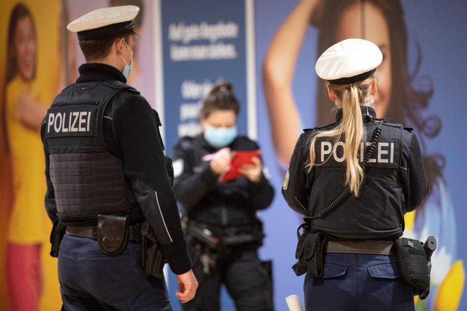 Die Polizei kontrolliert die Maskenpflicht am Kölner Hauptbahnhof.