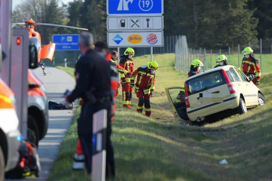 Auto überschlägt sich und landet im Straßengraben: Fahrer schwer verletzt!