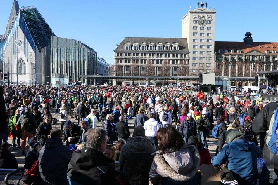 Kurz vor knapp wurde der Veranstaltungsort der Demo doch wieder auf den Augustusplatz verlegt.