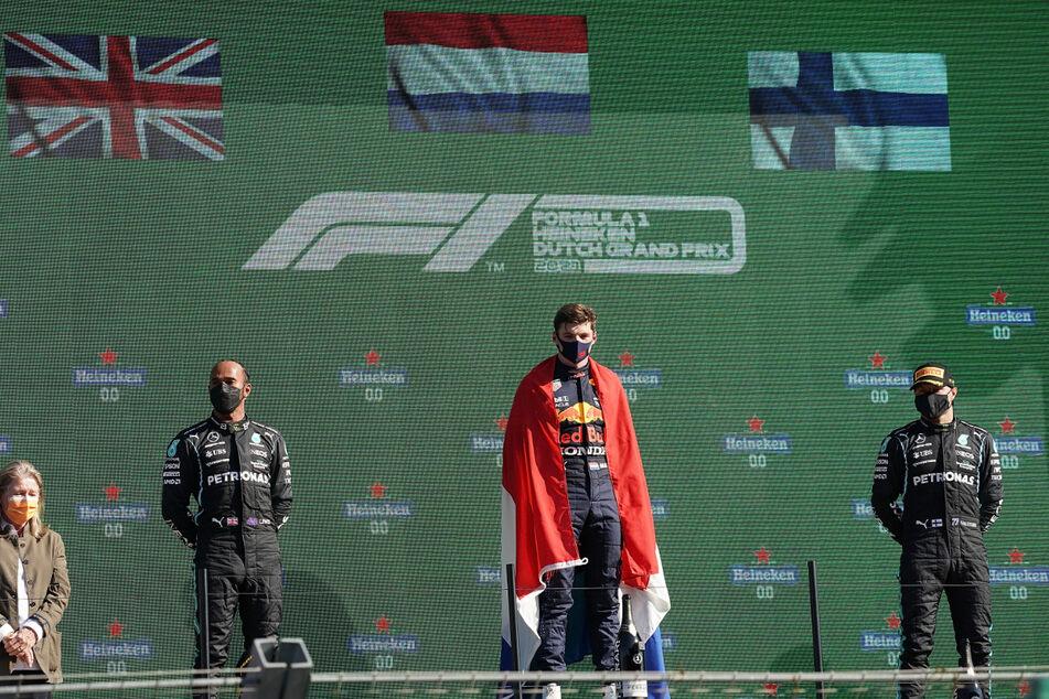 Der Zweitplatzierte Lewis Hamilton (l.-r.), der Sieger Max Verstappen aus den Niederlanden und der Drittplatzierte Valterri Bottas aus Finnland stehen auf dem Podium.