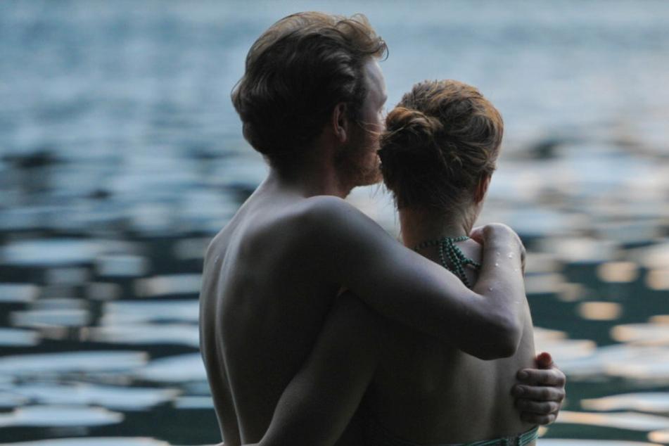 Ein junges Paar umarmt sich (Symbolbild).