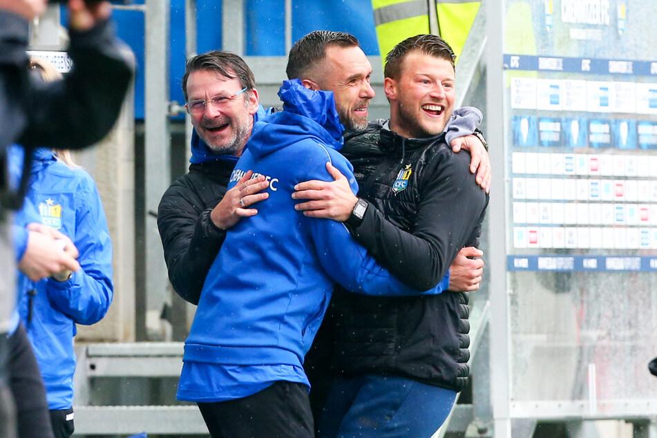 CFC-Coach Daniel Berlisnki (35, r.), Torsten Bittermann (53, l.) und Christian Tiffert (39) konnten ihr Glück kaum fassen.