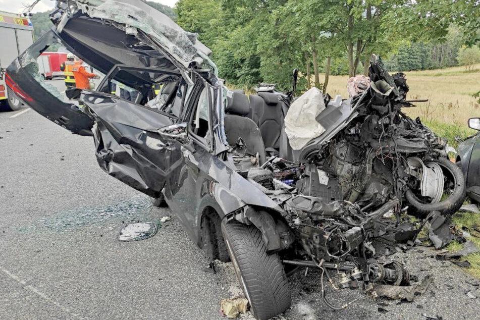Das total zerstörte Auto, in dem die junge Familie gesessen hatte.