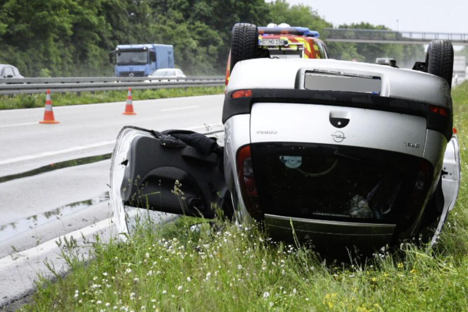 Heftiger Unfall! Opel-Fahrerin überschlägt sich auf Bundesstraße