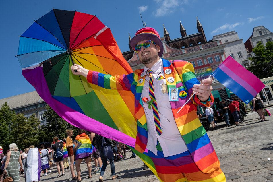 Teilnehmer zum Christopher Street Day haben sich mit schrillen Kostümen verkleidet.