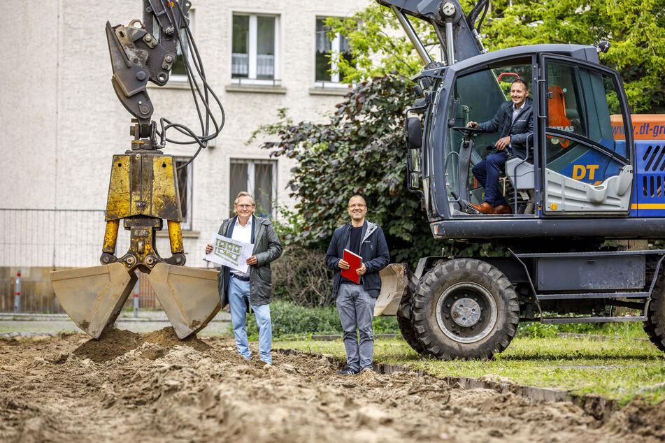 Jens Zander (Architekt, 50, v.l.), Lars Bendixen (43, Projektleiter) und Alexander Wuttke (39, Regionalleiter Vonovia) vor dem ersten Bagger-Griff.