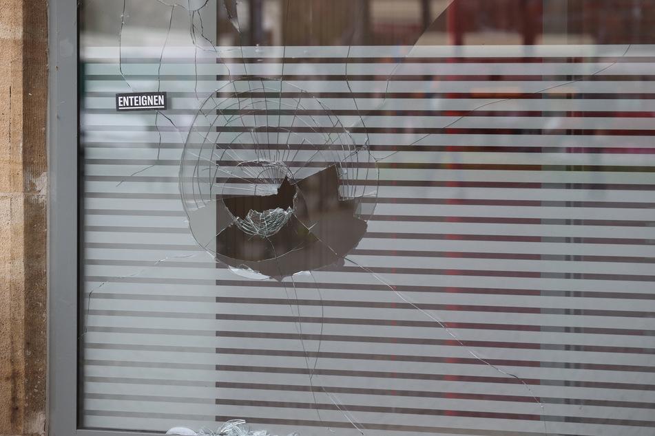 Die Demonstranten zündeten Mülltonnen an und zertrümmerten mehrere Fensterscheiben.