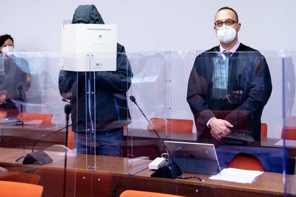Der Angeklagte (45, l.) und sein Anwalt Adam Ahmed wollen das gesprochene Urteil in dieser Form nicht akzeptieren.
