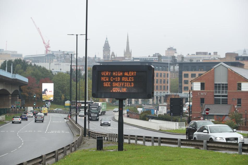 Eine Anzeigetafel im Stadtzentrum von Sheffield informiert über das Einsetzen neuer Corona-Einschränkungen.