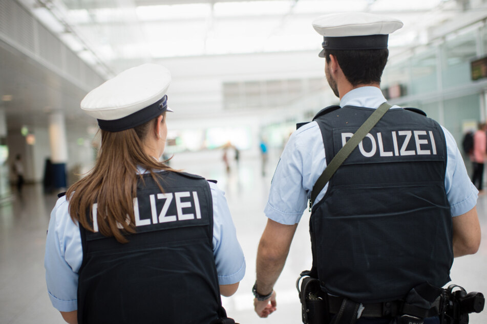 Die Polizei am Flughafen in München nahm die beiden Schwestern fest. (Symbolbild)