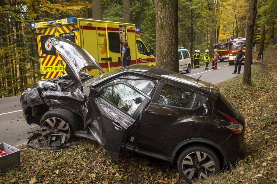 Bei einem Unfall auf der S221 bei Großrückerswalde krachten am Donnerstag ein Nissan und ein VW frontal zusammen.