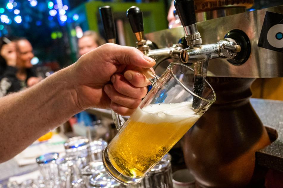 In einer Gaststätte wird ein Bier gezapft. Die Thüringer Industrie- und Handelskammern (IHK) fordert die Öffnung von Gaststätten und Hotels.