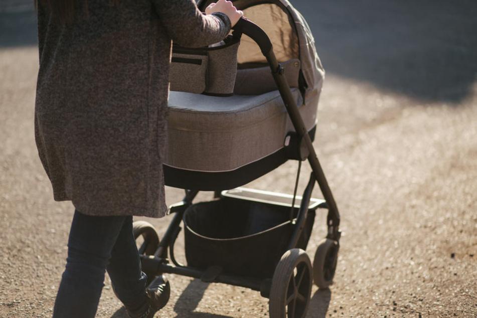 Hat eine Frau ihr Baby in den Kinderwagen geworfen?