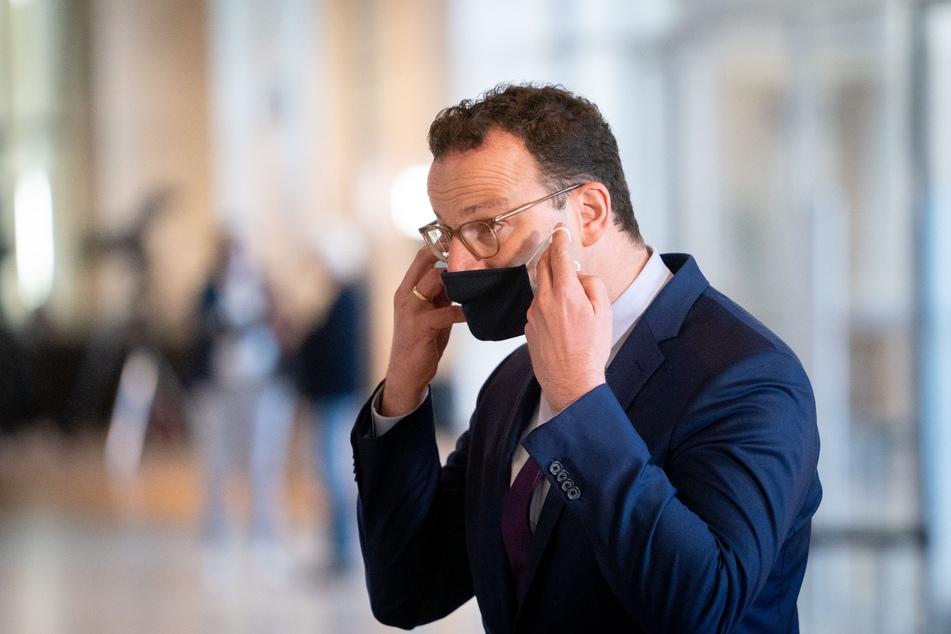 Jens Spahn (CDU), Bundesminister für Gesundheit, verlässt nach einem Pressestatement die 177. Sitzung des Bundestags mit einem Mund-Nasen-Schutz.