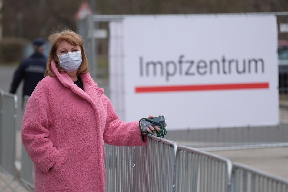 Gesundheitsministerin Petra Köpping (62, SPD) vor dem Impfzentrum in Dresden. Termine für eine Corona-Impfung sind heiß begehrt.