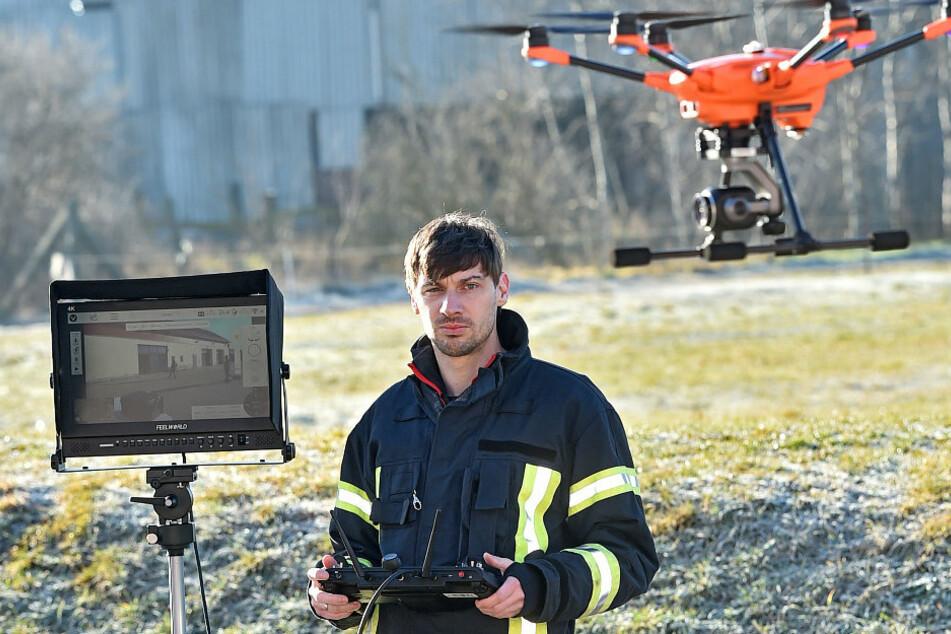 Feuerwehrmann Marcus Mambk (37) hat die Ausbildung zum Drohnenpiloten absolviert.