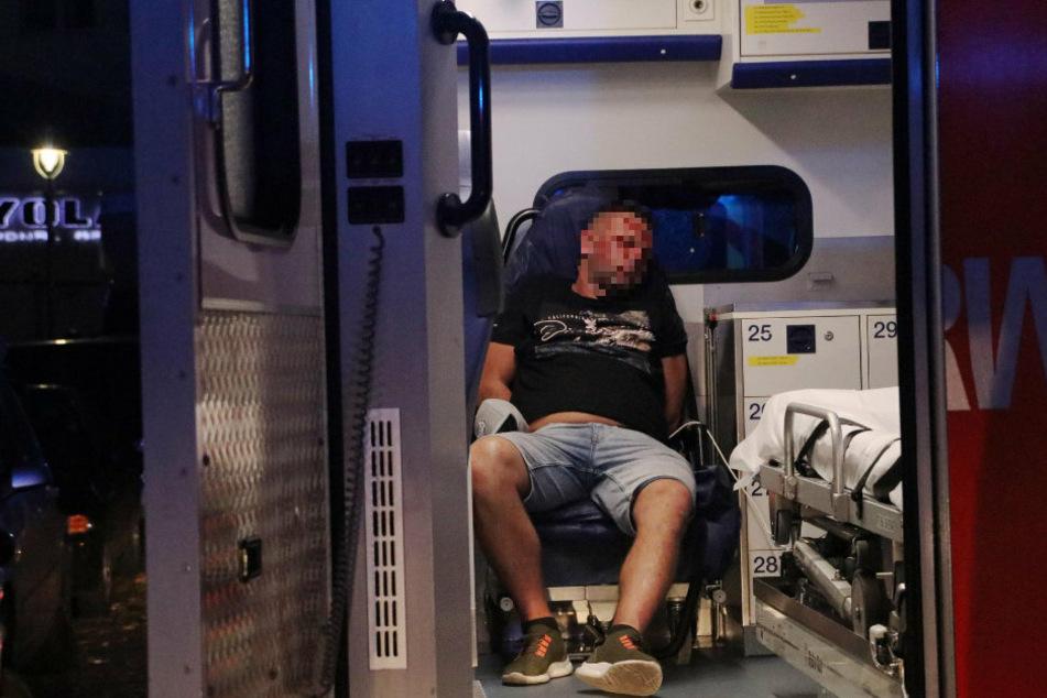 Einer der Insassen sitzt mit blutigem Gesicht in einem Rettungswagen.