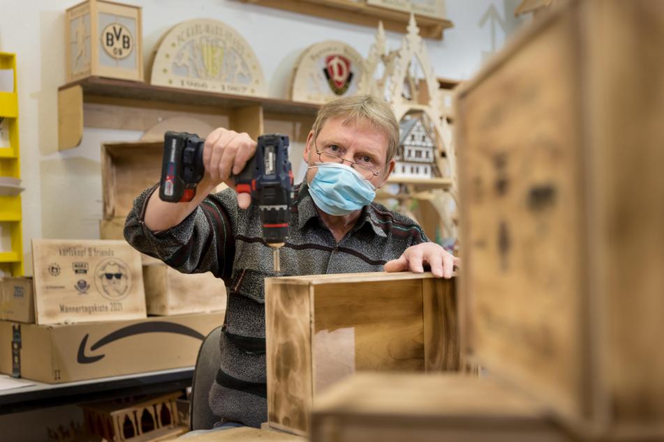 Uwe Pforte (60) baute die Kisten für Himmelfahrt mit seinen Kollegen bei Selbsthilfe 91.