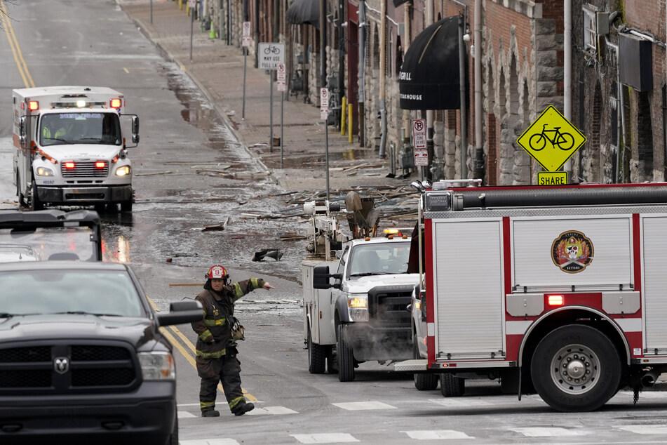 Mindestens drei Menschen sind dabei leicht verletzt und in Krankenhäuser gebracht worden.