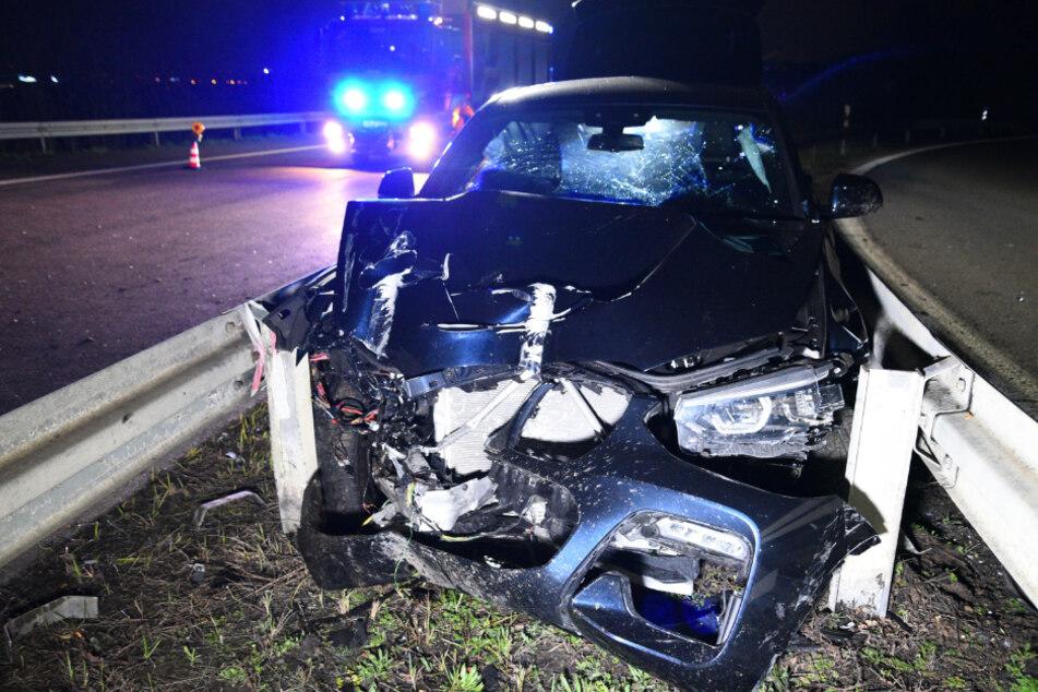 Mann rast betrunken über Autobahn und bleibt zwischen Leitplanken stecken