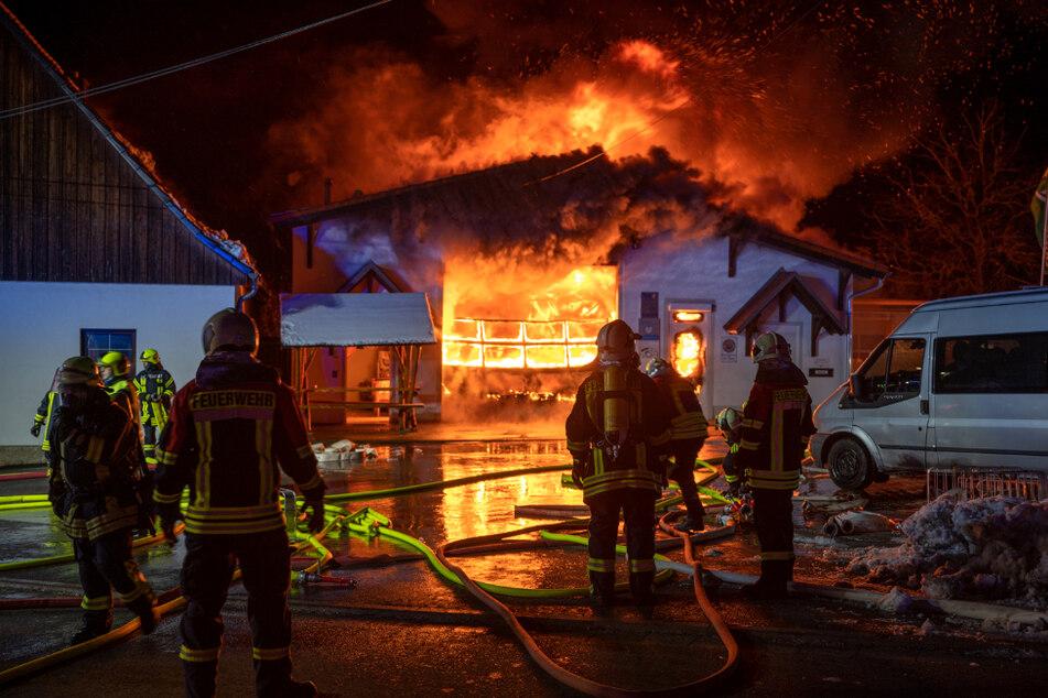 Gasflaschen explodiert: Flammeninferno in Autowerkstatt