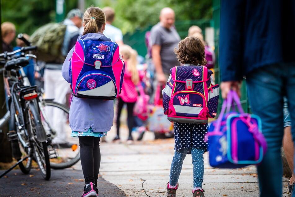 Zwei Mädchen sind auf dem Weg zu ihrem ersten Schultag in der Schlossgrundschule Chemnitz (Archivbild).