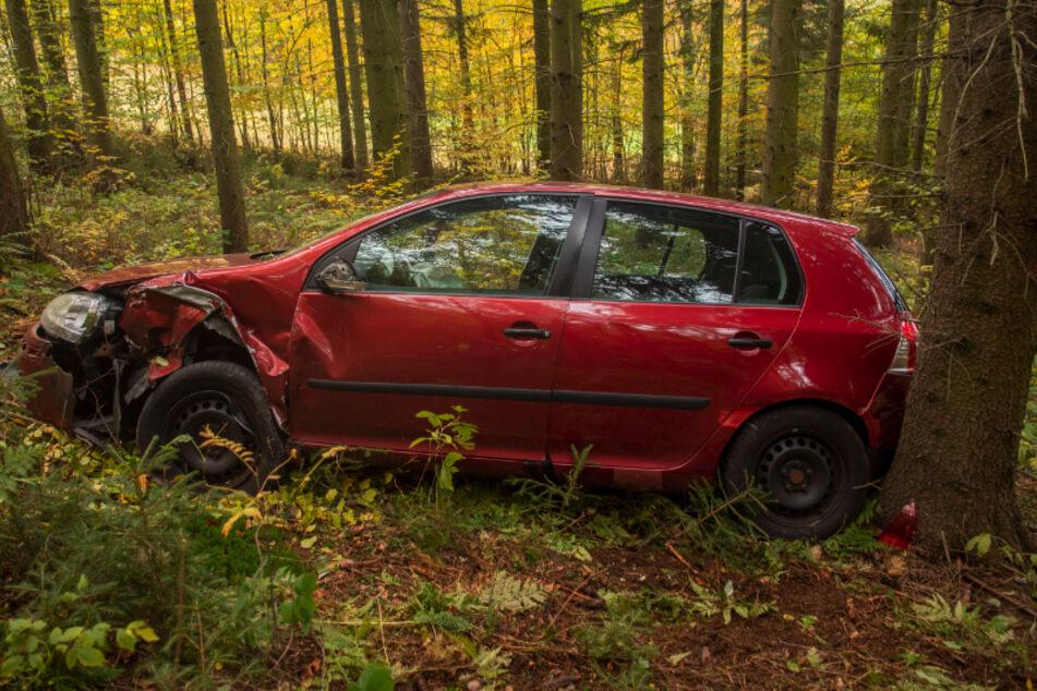 Frontalcrash im Erzgebirge: VW rutscht mehrere Meter in den Wald