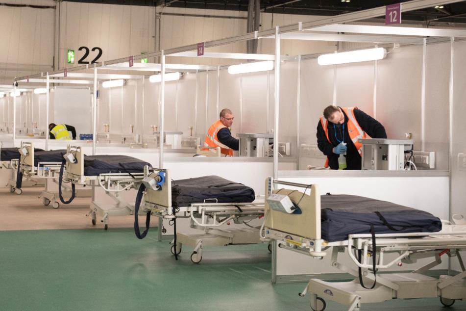 Soldaten und private Auftragnehmer helfen bei den Vorbereitungen im Ausstellungszentrum ExCel-Center, das zu einem provisorischen Krankenhaus umgebaut wird. (Symbolbild).