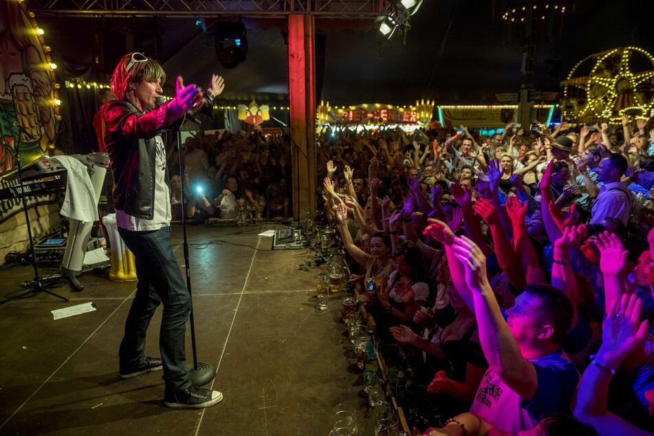 Mickie Krause heizt seinen Fans so richtig ein (Foto: Eric Münch).