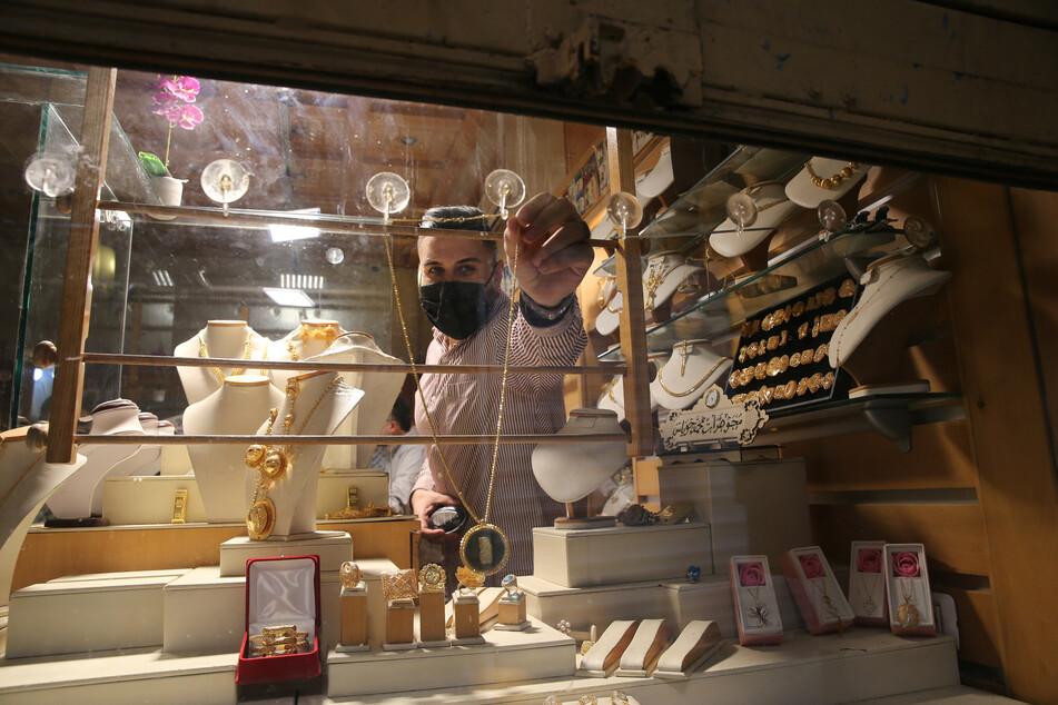 Jerusalem: Ein Mann mit Mundschutz arbeitet in einem Juweliergeschäft in der Altstadt.