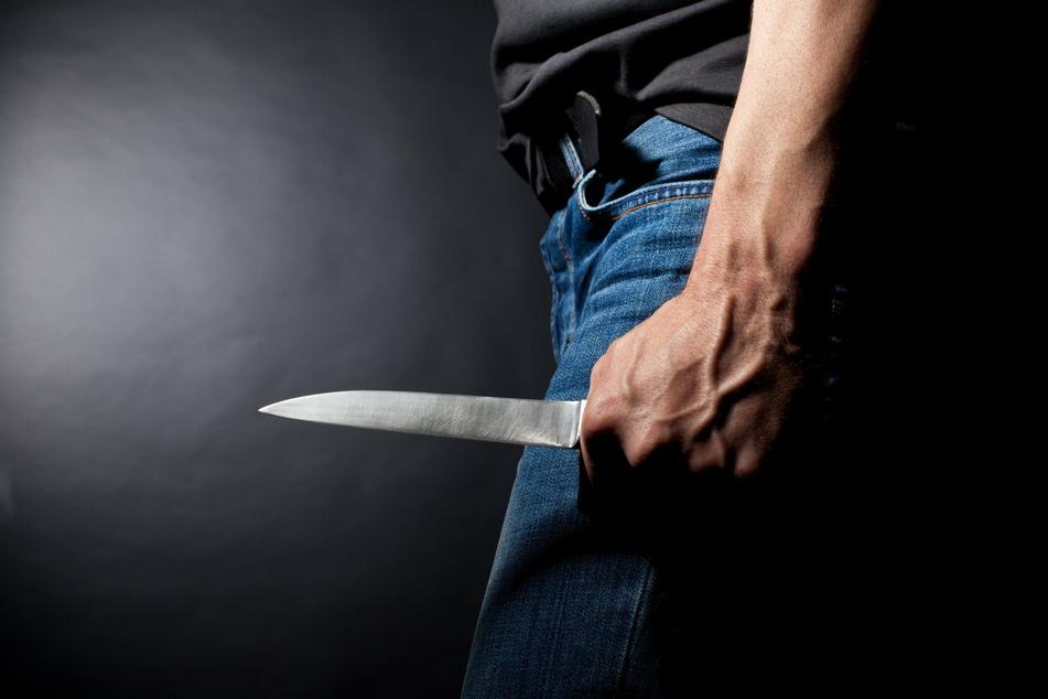 Mit einem Messer griff der Täter die Opfer von hinten an (Symbolfoto).