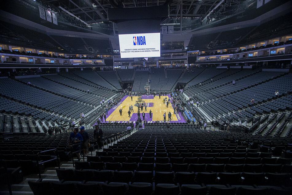 Das Basketball-Stadion in Sacramento leert sich während einer Unterbrechung, nachdem ein Spieler der Utha Jazz positiv auf das Coronavirus getestet wurde.