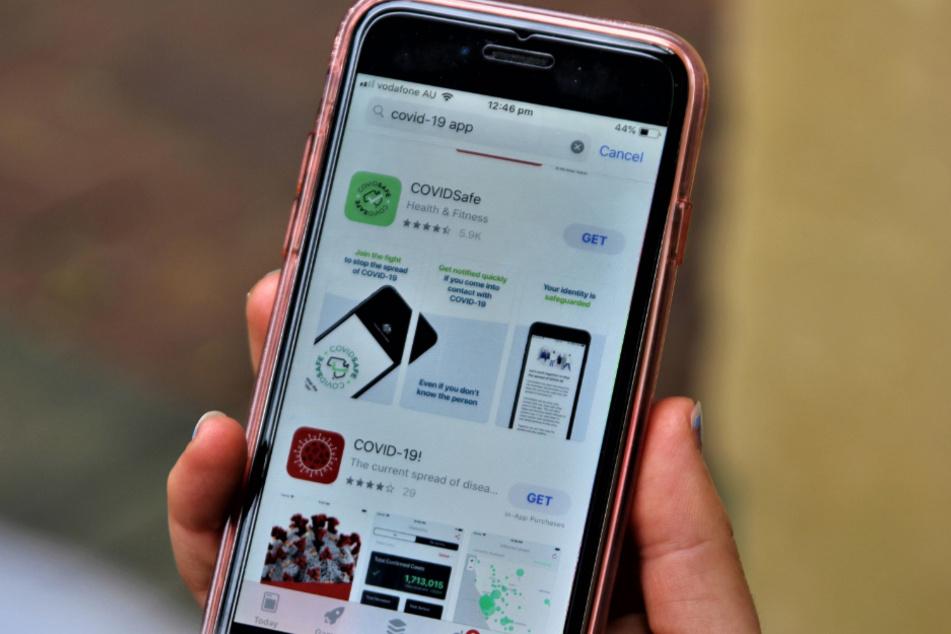 Ein Benutzer sieht sich die neue CovidSafe-App an. Trotz Kritik hat Australien eine Corona-Warn-App eingeführt, die auf freiwilliger Basis genutzt werden kann. Mehr als eine Million Menschen haben die App seit ihrem Start heruntergeladen.