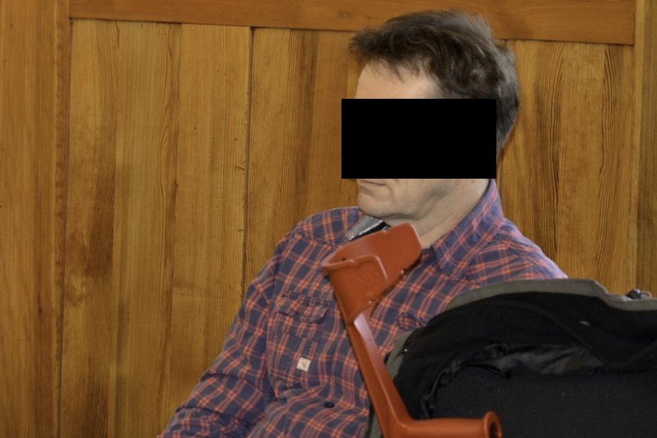 Frank C. (58) kam mit Krücken in den Gerichtssaal. Die Folgen eines Zeckenstiches beeinträchtigen seine Gesundheit massiv.